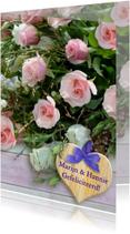 Bos rozen met hout en gelukswens op houten hart