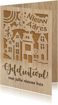 Felicitatiekaart gestanste huisjes op houtprint