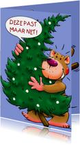 Grappige kerstkaart met leuke beer en kerstboom