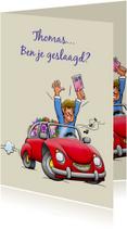 Leuke geslaagd kaart voor man rode auto rijbewijs en bloemen