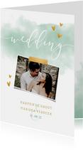 Trouwkaart 'WEDDING' met waterverf, gouden hartjes en foto