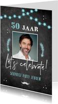 Uitnodiging verjaardag krijtbord lampjes en pijlen