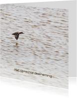 Condoleancekaart met vliegende eend op zee