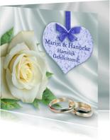 Felicitatie met roos, kanten hart en ringen op wit