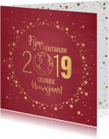Kerst stijlvolle rode kaart met goudkleurige wereldbol 2019