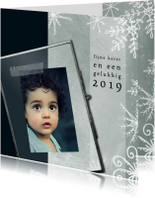 Kerstkaart met foto in ijzeren fotolijstje en ijskristallen