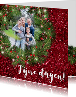 Kerstkaart met foto kerstkrans en rode glitter