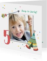 Kinderfeestje uitnodiging vrolijk met confetti en tipi tent