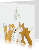 Lieve kerstkaart vosjes onder de mistletoe