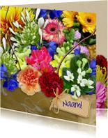 Mooie bloemenkaart kleurig boeket met kaartje