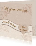Mooie klassieke trouwkaart met namen in band op kant