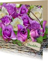 Mooie sterkte kaart met paarse roosjes in mandje