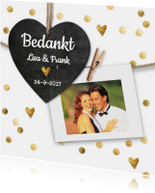 Stijlvol wit bedankkaartje bruiloft met gouden hartjes.