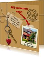 Verhuiskaart met touw, labels, sleutel en eigen foto