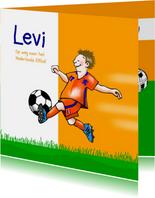 Zomaar - voetballende jongen in oranje tenue