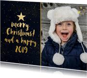 Kerstkaart met zwarte achtergrond en gouden sterren