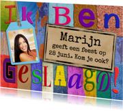 Kleurrijke uitnodiging geslaagd met letters en foto