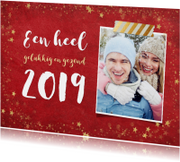 Trendy rode nieuwjaarskaart met gouden sterren en 2019
