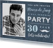 Uitnodiging man stoer blauw met foto en snor