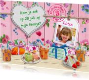 Uitnodiging voor feest van meisje met bloempjes en hart