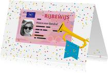 Geslaagd kaart rijbewijs met confetti en trompet