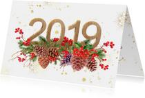 Kerstkaart hulst en dennenappels met 2019 in hout