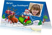 Leuke kerstkaart met rendieren en kerstman in slee voor kind