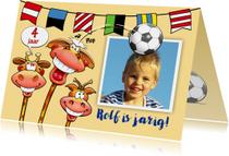 Leuke verjaardagskaart, jongen en giraf koppen naar voetbal
