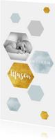 Modern geboortekaartje met waterverf en goudlook zeshoeken