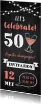Uitnodiging verjaardag champagne, slingers en krijtbord