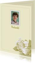 Bedankkaart witte roosjes en foto op lichte ondergrond