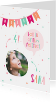 Kinderfeestjes - Kinderfeest kaart met vlaggetjes en spreekwolkje meisje