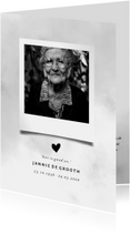 Rouwkaart met grijze waterverf en foto