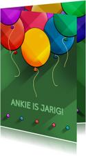 Leuke verjaardagskaart met ballonnen op groen