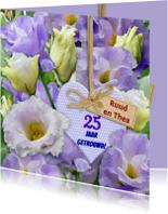 Felicitatiekaarten - Blauwe bloemen met 25 jaar getrouwd op hartje