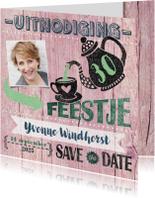 Uitnodigingen - High tea uitnodiging vrouw roze hout stempel
