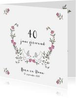 Jubileumkaarten - Jubileumkaart krans van blaadjes en rozen met twee duiven