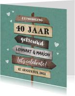 Jubileumkaarten - Jubileumkaart uitnodiging houten wegwijzers met hartjes