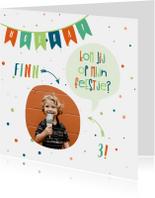 Kinderfeestjes - Kinderfeestje kaart met vlaggetjes en spreekwolkje jongen