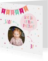 Kinderfeestjes - Kinderfeestje kaart met vlaggetjes en spreekwolkje meisje