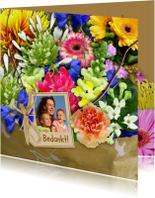 Leuke kleurige bloemenkaart met mooi boeket en foto