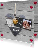 Leuke liefde kaart met hartjes aan koortje op steigerhout