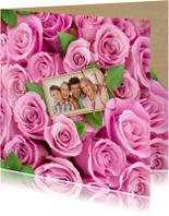 Mooie bloemenkaart met eigen foto tussen roze rozen