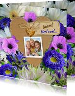 Mooie bloemenkaart met foto op hart van karton