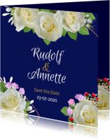 Trouwkaarten - Mooie trouwkaart met witte rozen op aanpasbaar blauw