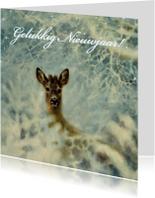 Nieuwjaarskaarten - Nieuwjaarskaart met wintertafereel knobbok in sneeuw