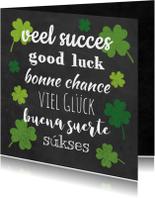 Succes kaart voor met groene klavers vier op krijtbord