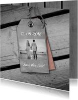 Trouwkaarten - Trouwen houten vloer en label