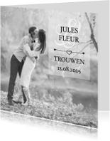 Trouwkaarten - Trouwkaart kussend op grote foto