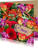 Vrolijke bloemenkaart met mooi boeket en kaartje voor naam